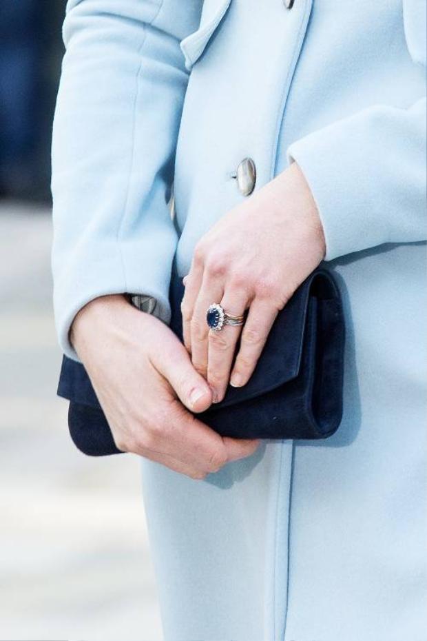 Chiếc nhẫn có màu xanh đẹp mắt.