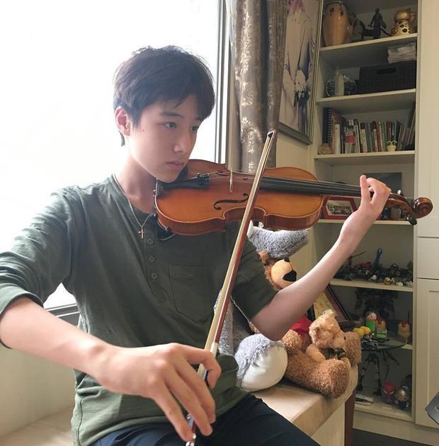 Và còn chơi cả violin