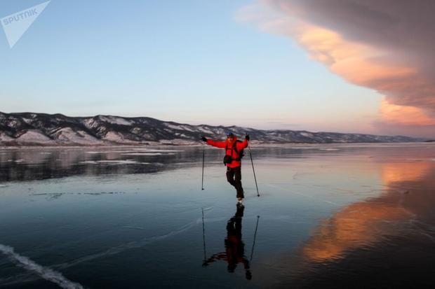 Vào mùa đông, hồ Baikal vùng Irkutsk, Nga, được bao phủ một khối băng trong suốt long lanh như pha lê dày đến 150cm, cực kỳ phù hợp cho việc trượt băng. Trong ảnh, người dân trượt băng trên Hồ Baikal ngày 6/1.