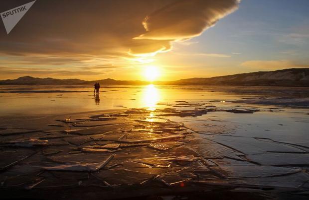 Khi hoàng hôn buông xuống, ánh sáng vàng ấm áp bao phủ cả mặt hồ. Những bức ảnh siêu đẹp này thuộc quyền sở hữu của nhiếp ảnh gia Sputnik.