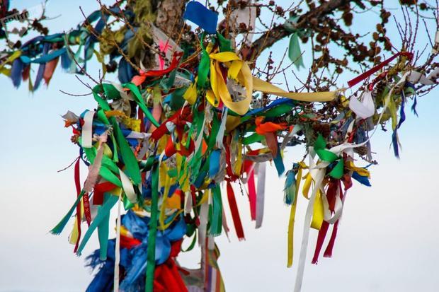 Những dải lụa cầu may đầy màu sắc của tín đồ Phật giáoở Phật bảo tháp giác ngộ, trên đảo Ogoy, nằm trong quần thể hồ Baikal. Hồ Baikal được biết tới là hồ nước ngọt có trữ lượng lớn nhất thế giới, chiếm 20% tổng lượng nước ngọt không bị đóng băng quanh năm trên bề mặt thế giới.