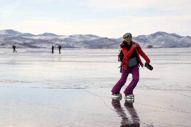 Vào mùa đông, thú vui trượt băng trên mặt hồ Baikal là hoạt động vui chơi thường niên của cả người dân địa phương và khách du lịch.