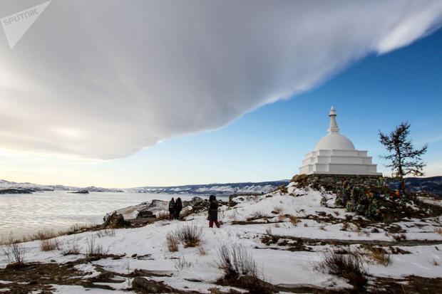 Phật bảo tháp giác ngộ trên hồ Baikal. Đây là nơi linh thiêng nơi chứa đựng hài cốt của một vị thiền sư nổi tiếng tại đảo Ogoy, vùng Irkutsk, Nga.