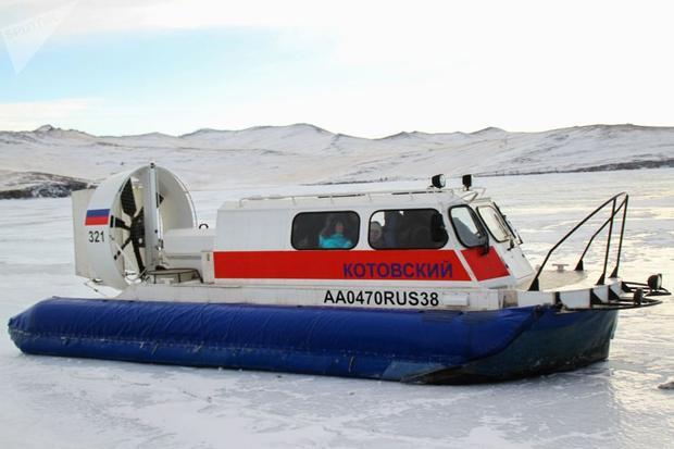 Thay vì đi dưới nước, vào mùa đông người ta lướt trên… mặt băng.