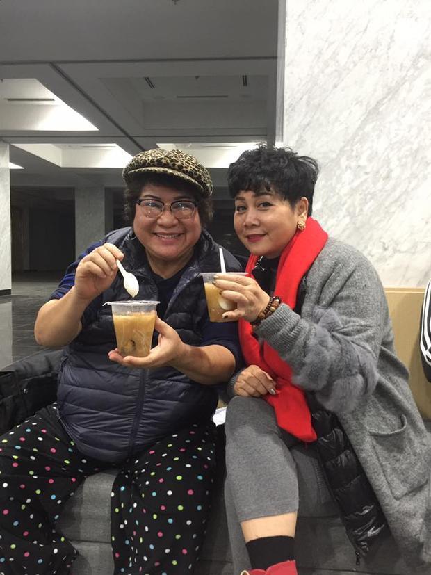 Hai nữ nghệ sĩ vui vẻ ăn chè trong giờ giải lao.
