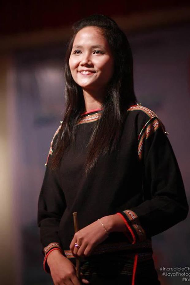 Nhan sắc mộc mạc thuở 19 tuổi của tân Hoa hậu Hoàn vũ Việt Nam 2017 H'Hen Niê.