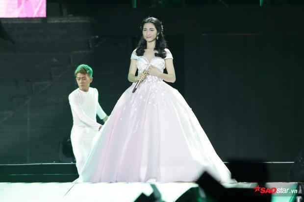 Hòa Minzy mở màn đêm festival.