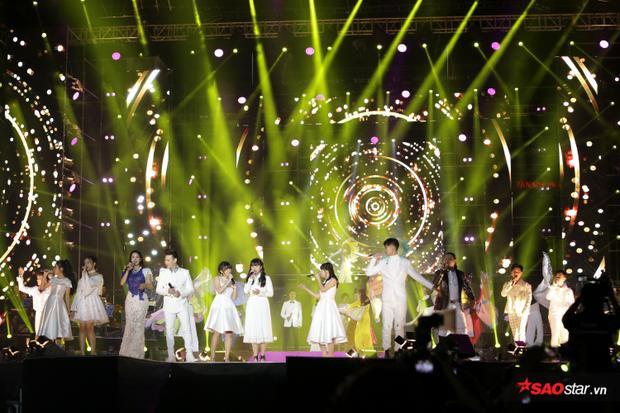 Điểm khó hiểu của màn kết phần trình diễn tôn vinh là việc nhóm nhạc teen P336 đứng phía trên. Các nghệ sĩ Quang Dũng, Thanh Lam, Mỹ Linh, Lệ Quyên đứng ở phía xa đằng sau, dường như bị mờ nhạt trong phần tốp ca này.