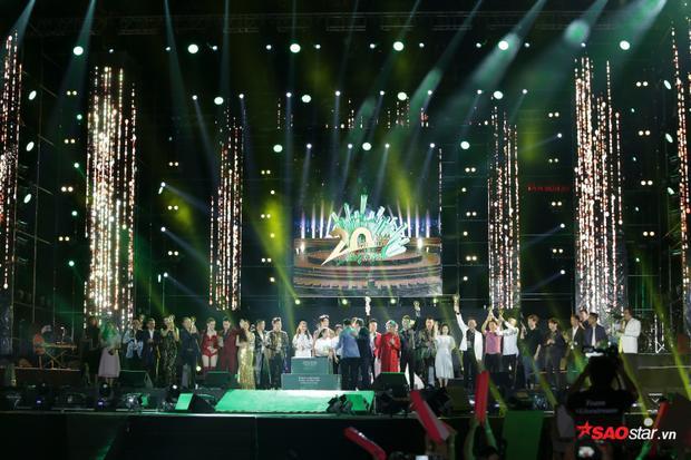 Các nghệ sĩ nhận kỷ niệm chương và khép lại phần 1 của chương trình.