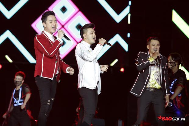 Dù chỉ có 3 thành viên là Nhật Tinh Anh, Ưng Hoàng Phúc và Vân Quang Long, tuy nhiên người hâm mộ vẫn dành cho nhóm nhạc đình đám 1 thời những tràng vỗ tay không ngớt.
