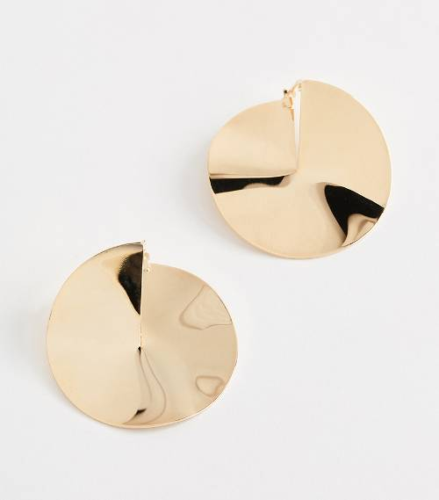 Hai miếng kim loại chênh vênh này chính là một mẫu hoa tai được các fashionista cực kỳ yêu thích.