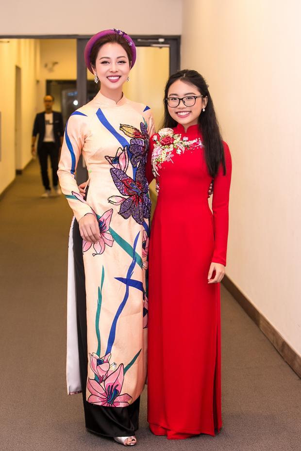 Hoa hậu vui vẻ khi gặp lại Phương Mỹ Chi ở sự kiện.