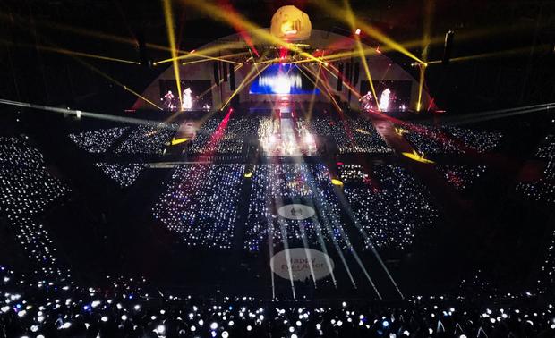 Fan BTS xô đổ hàng rào, ám chỉ mắng người hâm mộ EXO trong fanmeeting