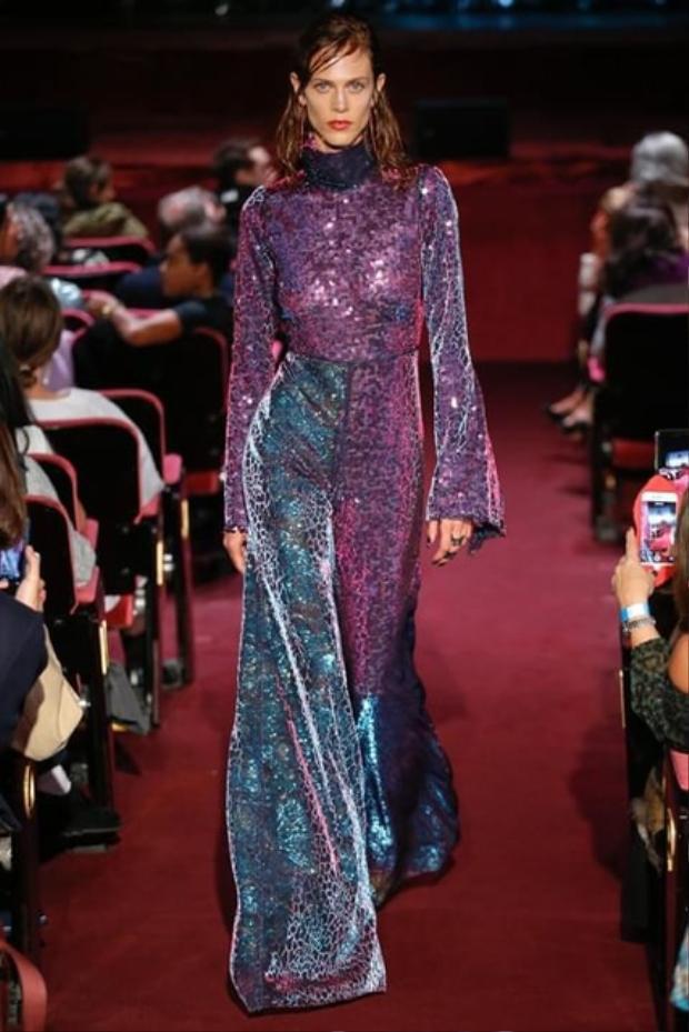 """Trên sàn diễn thời trang quốc tế đầu năm nay cũng đã """"lấp ló"""" xuất hiện các thiết kế với chất liệu sequin.Trong ảnh là một mẫu thiết kế lấy cảm hứng từ thời trang thập niên 70s, áo tay loe cùng với quần ống loe của một thương hiệu thời trang nổi tiếng ở Anh."""
