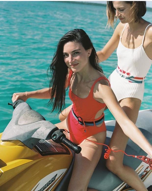 Không cần phải quá phô phang, chính kiểu áo tắm này sẽ khiến các nàng quyến rũ nổi bật trên bất kì bãi biển nào.