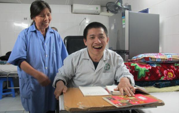 Anh Hải cùng mẹ tại Trung tâm Phục hồi chức năng, Bệnh viện Bạch Mai. Ảnh:Nam Phương.