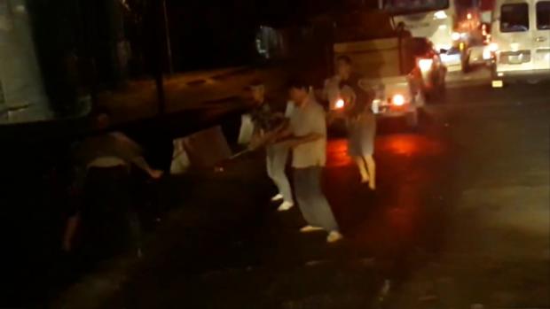 Các tài xế đánh nhau gây náo loạn bến phà Vàm Cống. Ảnh cắt ra từ clip