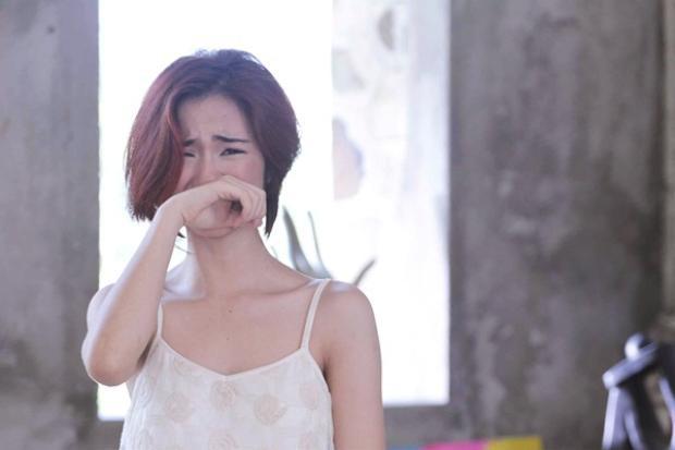 Hình ảnh một Hòa Minzy yếu đuối, nữ tính khi bật khóc trong MV khiến fan của cô nàng không thể cầm lòng.