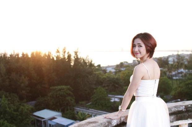 Trong MV, Hòa Minzy vào vai cô gái vì tai nạn mà đánh mất trí nhớ và Dustin Nguyễn (nam chính) tìm mọi cách để đánh thức kí ức của cô.