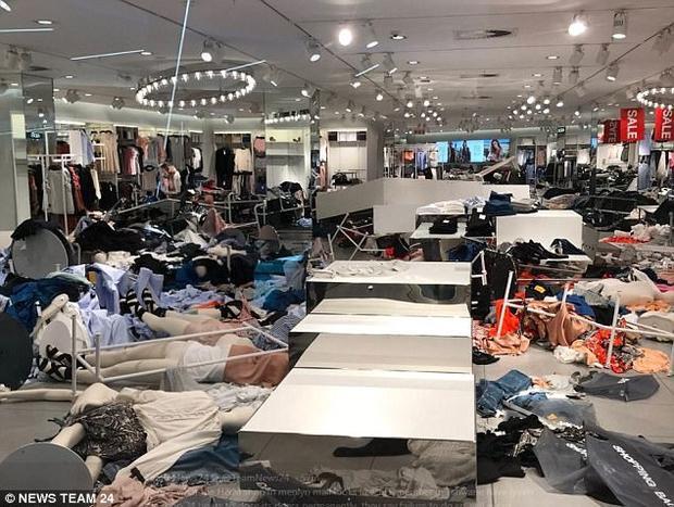 Một số người cho rằng thương hiệu đến từ Thụy Điển phải hứng chịu hậu quả vì phân biệt chủng tộc là lẽ đương nhiên.Họ phát hiện ra rằng tại chuỗi cửa hàng H&M không có bất kỳ mộtma nơ canh màu đen nào.