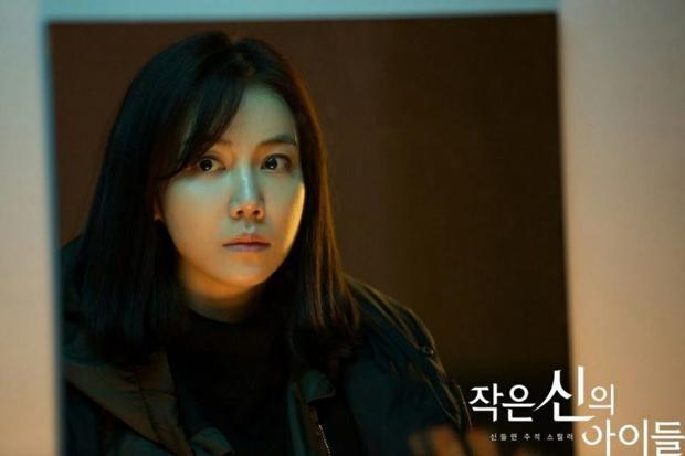 Children Of The Lesser God sẽ là dự án trở lại của nữ diễn viên Kim Ok Vin từ sau khi bộ phim Yoo-Na's Street (Siêu đạo chích) kết thúc năm 2014, Yoo-Na's Street đã nhận được nhiều đề cử cho các giải thưởng có uy tín bao gồm bộ phim hay nhất từ Baeksang Arts Awards năm 2015.