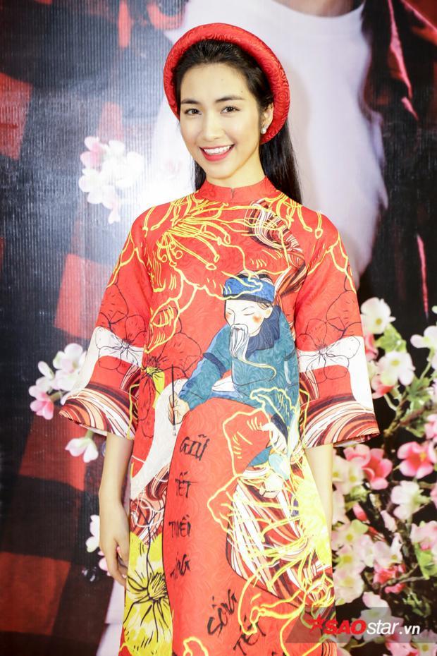 Diện áo dài đỏ thắm, Hoà Minzy xuất hiện trẻ trung và xinh đẹp.