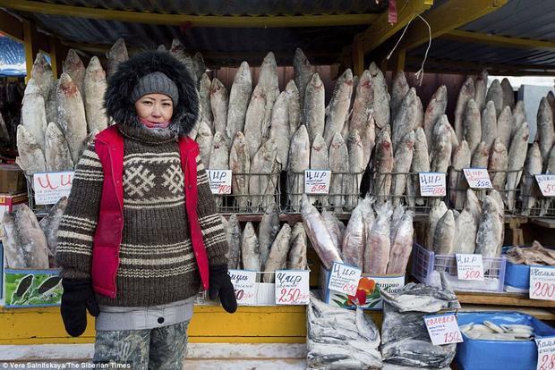 Trời lạnh khiến người bán cá không phải lo lắng tới việc cá bị hư hỏng.