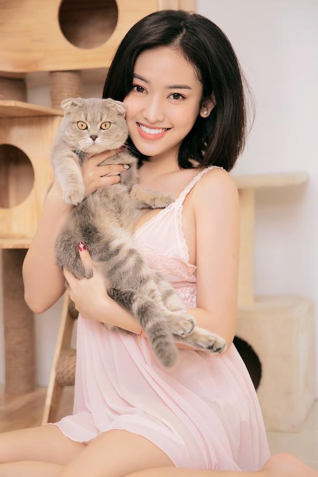 Cô sống trong căn hộ mới với chú mèo cưng