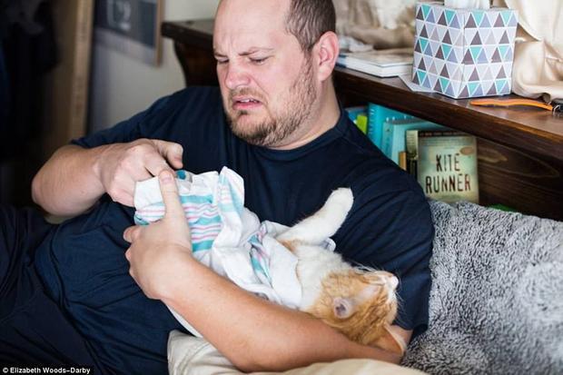 Ông bố bỉm sữa của năm, biết cách thay cả tã cho mèo.
