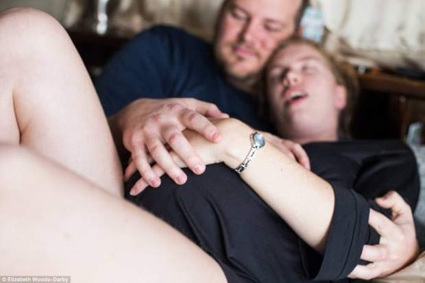 Bộ ảnh thể hiện đầy đủ những sắc thái của một lần sinh nở, như người chồng lo lắng nắm tay vợ, động viên vợ vượt qua cơn đau dữ dội. Nhưng vì các động tác này chỉ là diễn, nhiều người cảm thấy nét biểu cảm của nhân vật chính không được chân thật.
