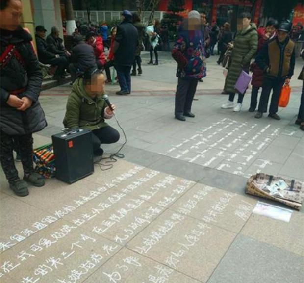 Người phụ nữ ăn xin trên đường phố Phù Lăng.