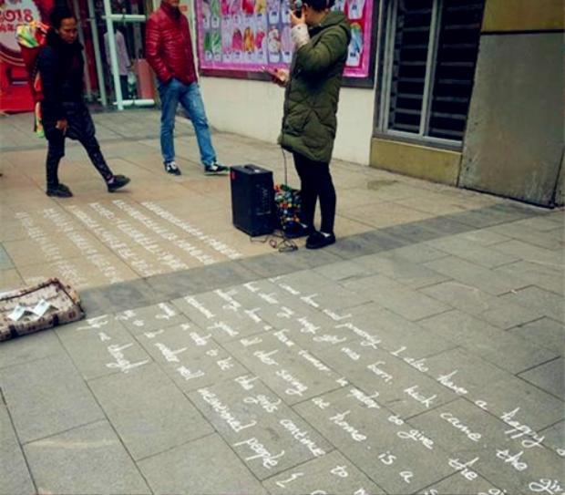 Cho dù là tiếng Anh hay tiếng Trung, nét chữ cũng được viết rất ngay ngắn, cẩn thận.