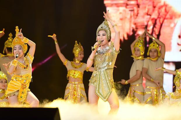 Nổi bật không kém,Hồng Minhcũng đã có phần thể hiện xuất sắc khi song ca cùng đàn chị. Dù quãng giọng trong bản phối khá rộng nhưng Hồng Minh vẫn hoàn thành tốt, cô bé còn tự tin thể hiện kĩ thuật nhảy chuyên nghiệp bên cạnh dàn vũ công hùng hậu.
