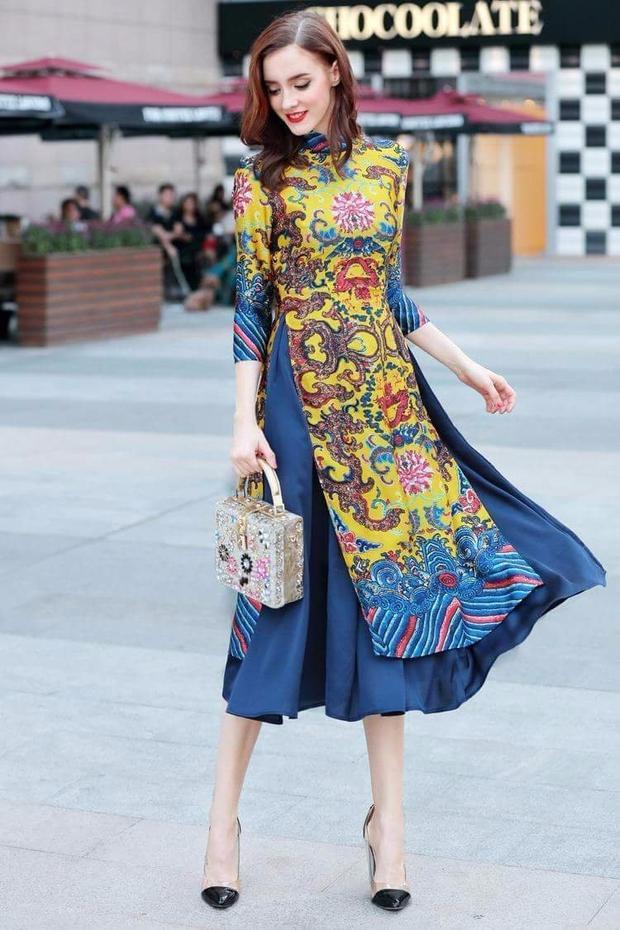Áo dài phối cùng chân váy là mốt thịnh hành trong những năm gần đây. Đặc biệt kiểu áo dài này gây thích thú nhất đối với các bạn ở độ tuổi teen.