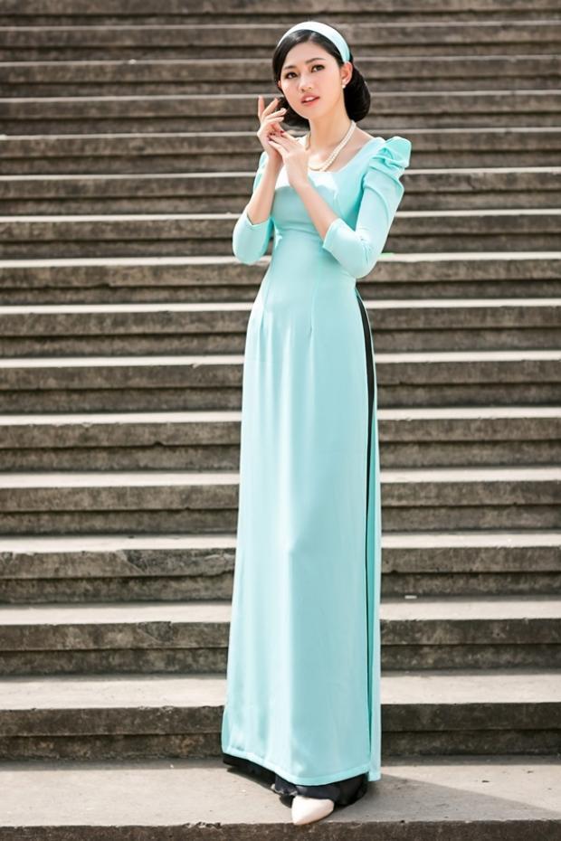"""Ngoài ra, diện áo dài này còn giúp nàng khoe khéo xương quai xanh gợi cảm cùng chiếc cổ cao """"đầy kiêu hãnh""""."""