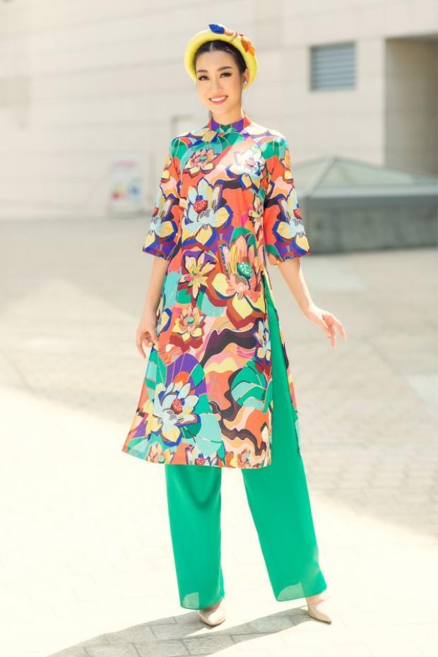 Áo dài tà ngắn có một ưu điểm lớn đó là không làm người mặc vướng víu khi di chuyển hay nói cách khác, các nàng có thể thoải mái trong mọi hoạt động mà không hề lo sợ tà áo dài dây bẩn.