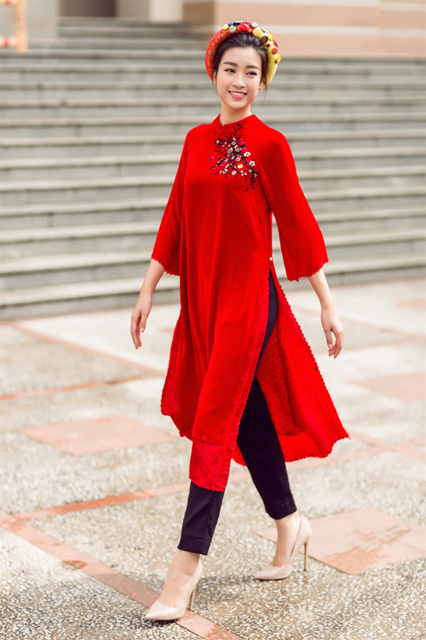 Áo dài phối cùng quần jeans, quần vải hay quần kaki cũng là một trong 5 loại áo dài giúp nàng tự tin dạo phố mà không sợ dẫm phải hay làm bẩn tà áo dài.