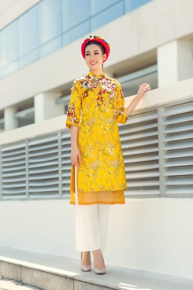 """Kiểu áo dài tà ngắn phù hợp với nhiều dáng người khác nhau. Dù nàng có cao dong dỏng hay thuộc tuýt """"nấm lùn"""" thì cũng có thể vô tư diện áo dài này."""
