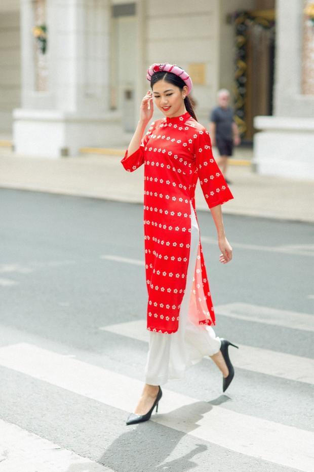 Với áo dài tà ngắn, các nàng có thể chọn nhiều phụ kiện như mấn, hoa tai, hay một đôi cao gót để tôn hết đường cong cơ thể. Dịp Tết, lời khuyên cho các nàng là hãy chọn những chiếc áo dài có màu tươi sáng để đón xuân rực rỡ hơn nhé.