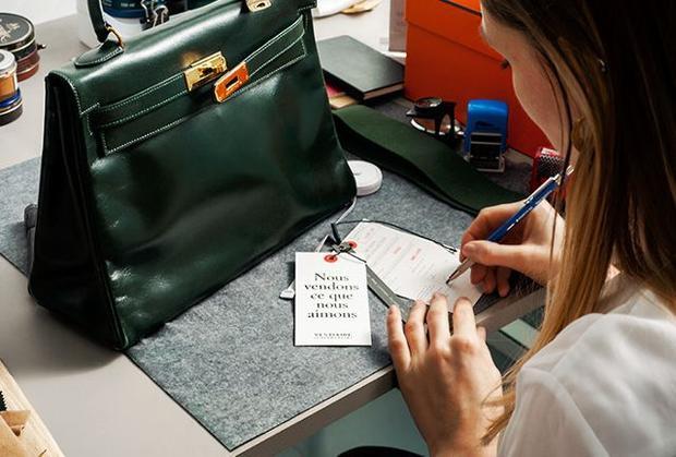 Các thương hiệu thường có những quy định riêng về kích thước sản phẩm, cách ráp nối, thậm chí đến số lượng mũi chỉ trên từng đường may, vì vậy, nếu đến một cửa hàng có 2 chiếc túi mà cách may, đường may khác nhau, tốt nhất bạn không nên chọn mua sản phẩm ở đó.
