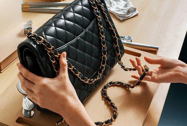 Với những sợi dây xích đặc trưng của các chiếc túi Chanel, bạn không thể bỏ qua phần mắt xích. Mắt xích nhỏ, đều nhau và không có vết hàn là những tiêu chuẩn đặc trưng của thương hiệu này. Bên cạnh đó, sản phẩm sẽ đi kèm một card thông tin, ghi rõ ràng tên, mã số chiếc túi, nơi bán ra cũng như ngày bán…