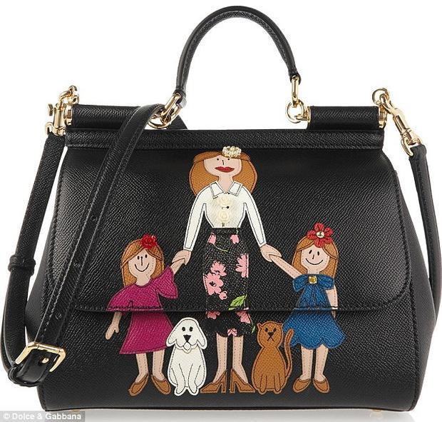 Dòng túi Mama của Dolce&Gabbana lại được may cách cẩn thận để phần họa tiết giữa miệng túi và thân túi ráp vào nhau hoàn chỉnh, không bị xô lệch.