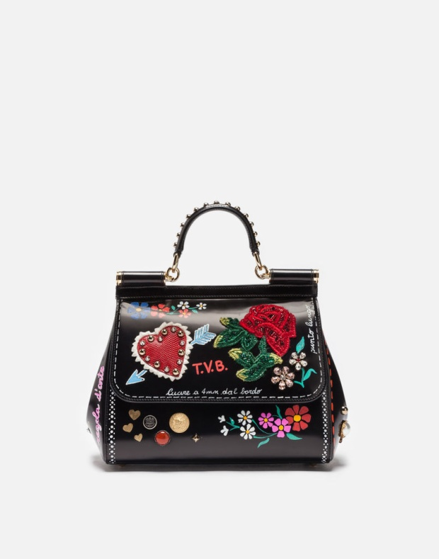 Với chiếc clutch cầm tay xinh xắn của thương hiệu Dolce & Gabbana này, sản phẩm sẽ được bọc qua 1 lớp giấy lụa, cho vào hộp, chiếc hộp lại được gói bằng 1 lớp giấy lụa nữa rồi mới bỏ vào túi, trao cho khách hàng.
