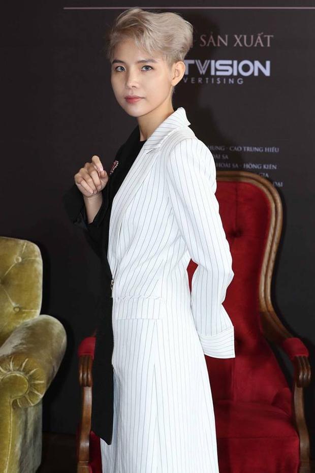 """Dù chỉ diện vest nhưng Cát Tường luôn chịu khó thay đổi kiểu dáng mỗi lần mình xuất hiện, nên """"nhàm chán"""" không có trong từ điển của cô nàng. Như chiếc áo khoác độc đáo gồm hai màu đen, trắng đối lập này là một minh chứng rõ ràng nhất."""