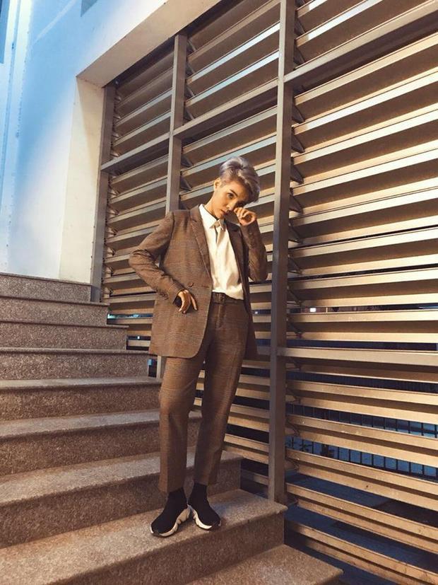 Và tất nhiên là trong tủ đồ của Cát Tường không thể thiếu được vest kẻ lịch lãm. Nhìn Cát Tường bảnh bao chẳng kém anh chàng nào khi diện bộ vest này.