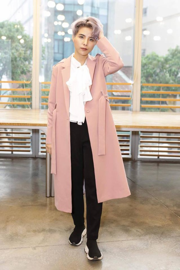 Cũng có khi Tường diện một bộ đồ khá mới mẻ với bản thân như áo khoác dáng dài và sơ mi bèo nhún thế này.