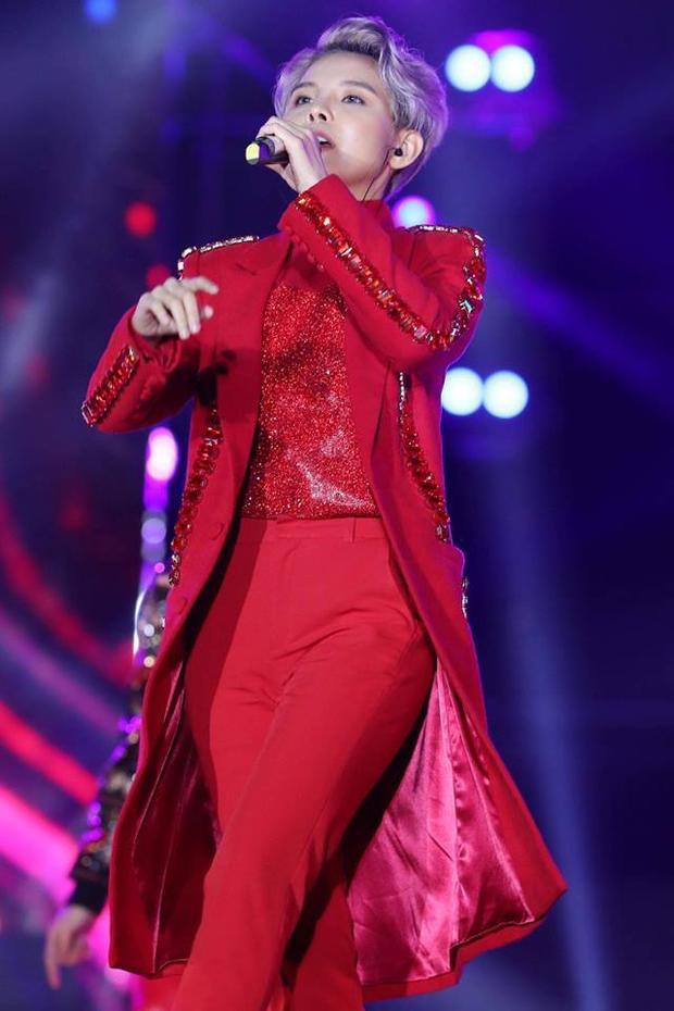 Trang phục trình diễn của Tường vẫn là bộ vest quen thuộc nhưng sẽ được thêm thắt những chi tiết bắt mắt như áo sequin bên trong và gắn đá trên áo khoác.