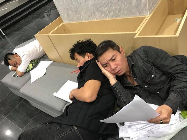 Tình bạn thân thiết của hai nghệ sĩ khiến fan thích thú. Xa xa, nghệ sĩ Tự Long tranh thủ ngủ.