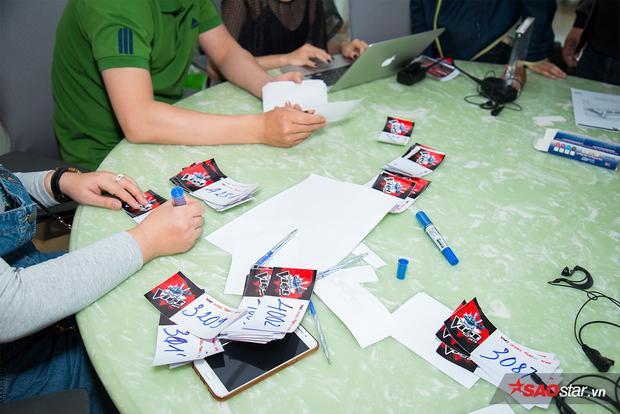 Phòng ghi danh bận rộn để nhanh chóng làm thủ tục cho các thí sinh