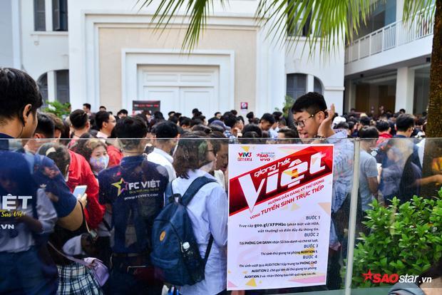 Những thí sinh đầu tiên đã vào được bên trong địa điểm tuyển sinh, để thực hiện thủ tục đăng ký.